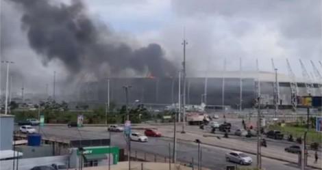 Urgente: Enorme incêndio toma conta do estádio Arena Castelão, em Fortaleza (veja os vídeos)