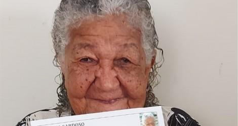 """Idosa de 101 anos entrega currículo para """"ajudar um pouco"""" a família"""