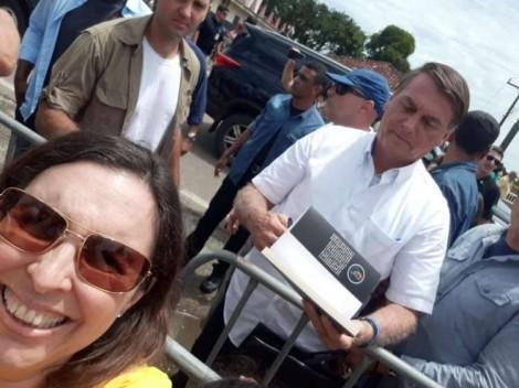 Fã de Bolsonaro se emociona ao receber autógrafo dele em livro que fala sobre a sua trajetória no Planalto (veja o vídeo)