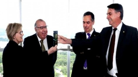 """""""O único exemplar da Constituição que o STF tinha, Rosa Weber entregou a Bolsonaro"""", diz Lacombe"""