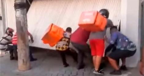 """Vingança: motoboys invadem casa e depredam carro de usuário que dava """"calote"""" em aplicativo de comida (veja o vídeo)"""