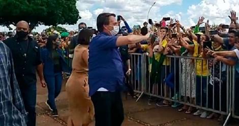 """Povo """"invade"""" o Alvorada para comemorar o aniversário de Bolsonaro (veja o vídeo)"""