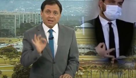 Sem perceber, Camarotti repete gesto de assessor de Bolsonaro no momento em que pede a demissão do rapaz (veja o vídeo)