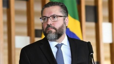 Digno, Ernesto Araújo não caiu... Pôs o cargo à disposição do Brasil