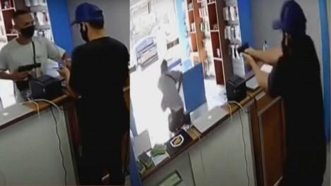 """Assaltante pede celular e dinheiro, mas recebe 2 """"balaços"""" de comerciante preparado para se defender (veja o vídeo)"""