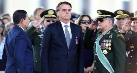 """Ao lado de generais, Bolsonaro garante: """"Forças Armadas não medirão esforços para garantir a nossa liberdade"""" (veja o vídeo)"""