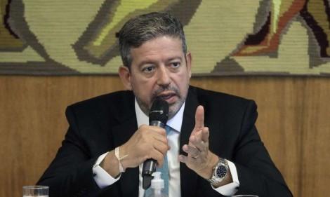 Lira cala deputado petista e diz que 100% dos pedidos de impeachment contra Bolsonaro são inúteis