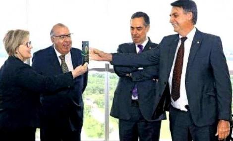 Parece que o único exemplar ainda existente da Constituição é o que Bolsonaro recebeu de Rosa Weber