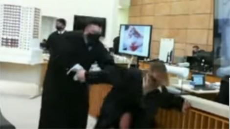 Advogado de Manvailer encena agressão a Tatiane Spitzner e gera indignação nas redes sociais (veja o vídeo)