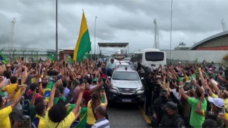 """Aos gritos de """"Fora Renan"""" e """"Eu vim de graça"""", Bolsonaro é recebido por multidão no Nordeste (veja o vídeo)"""
