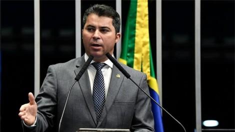 """Senador explica polêmica sobre pré-contrato da Pfizer: """"Todo o ônus de eventuais efeitos colaterais estava com o governo brasileiro"""" (veja o vídeo)"""