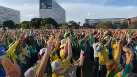 """Em momento único, multidão ora o """"Pai Nosso"""" na Esplanada (veja o vídeo)"""