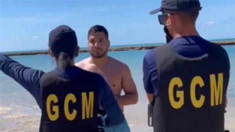 No CE, Deputado vai tomar banho de mar, Guarda Municipal aparece e ele mostra o poder dos seus direitos (veja o vídeo)