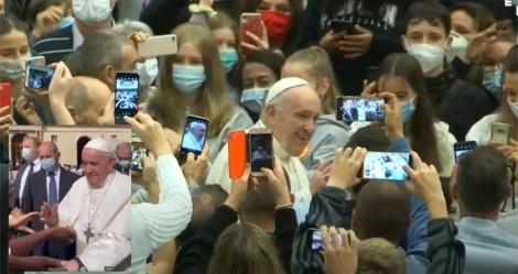 Santo Flagrante: Jair Bolsonaro divulga vídeo de Papa Francisco sem máscara em aglomeração (veja os vídeos)