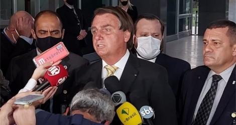 """Bolsonaro interrompe entrevista, reza o """"Pai Nosso"""" e dá lição em jornalistas (veja o vídeo)"""