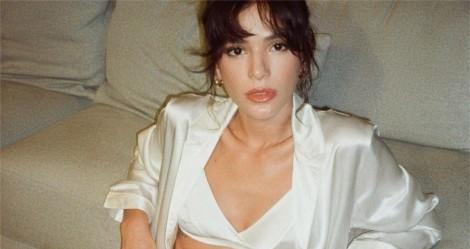 """De novo em atitude hipócrita, Bruna Marquezine, """"não fica em casa"""" e é flagrada aglomerando e sem máscara"""