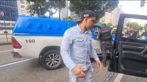 URGENTE: Gabriel Monteiro sofre atentado e tem carro alvejado por tiros de fuzil
