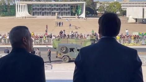 Blindados e tanques das Forças Armadas são recepcionados por Bolsonaro, em Brasília (veja o vídeo)