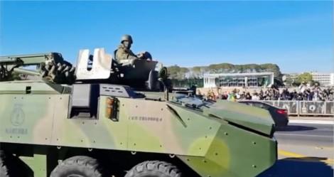 Sob o olhar de Bolsonaro, tanques fazem tremer a Praça dos Três Poderes (veja o vídeo)