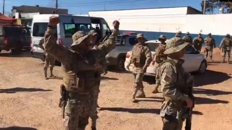 Policiais envolvidos na captura de Lázaro ganham honraria