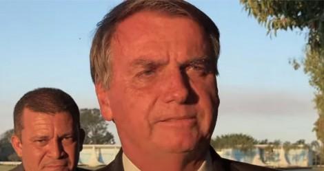 """Ao lado do povo e em tom irônico, Bolsonaro responde a ataques e diz que """"está conspirando"""" (veja o vídeo)"""