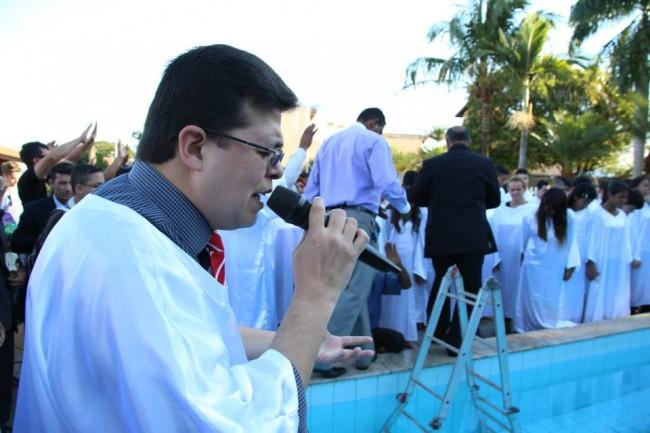 O Pastor orando para os incautos fiéis.