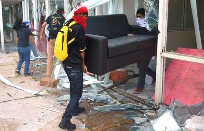 Manifestantes furtam um sofá do MINC