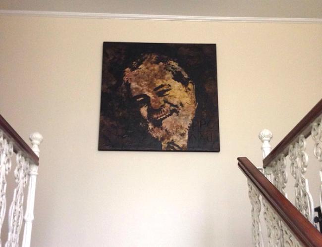 Na parede principal, a foto do dono