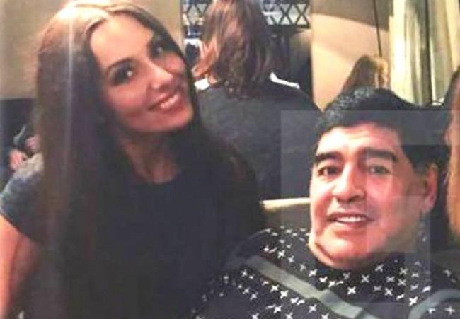 Maradona e a repórter no restaurante do hotel