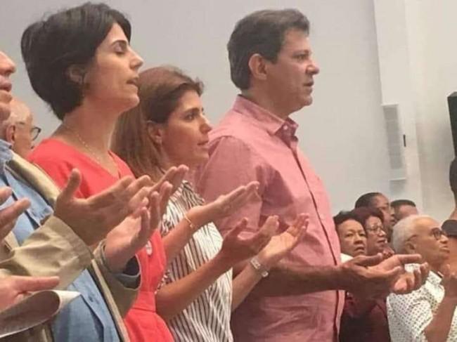 Manuela DÁvilla, Fernando Haddad e esposa participam de missa na Igreja do Jardim Ângela, na periferia da Zona Sul de São Paulo, em 12/10/2018.