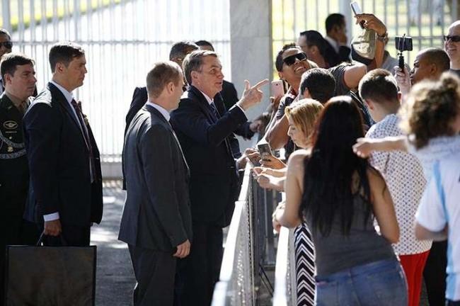 Presidente conversa com populares na saída do palácio