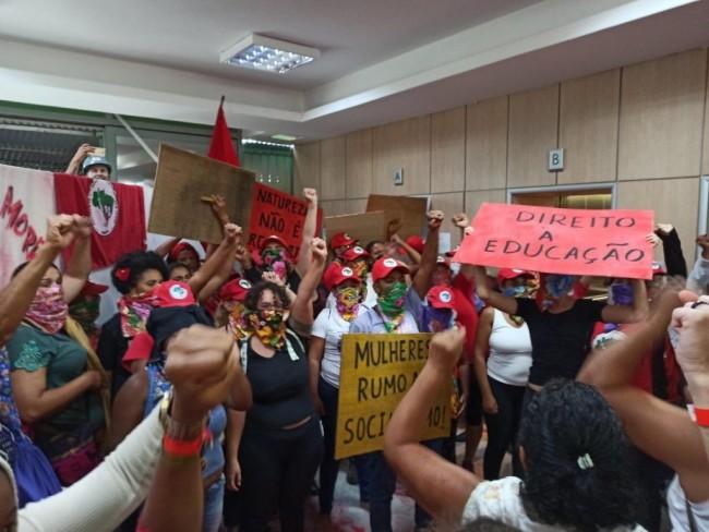 Militantes do MST na sede do MAPA