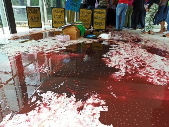 Tinta espalhada no chão da sede do MAPA