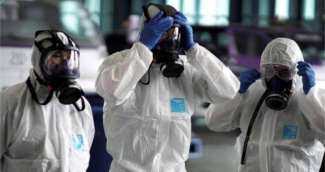 Chineses com máscaras de proteção contra o coronavírus