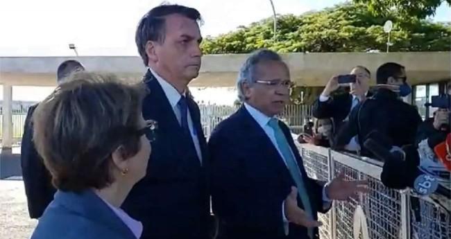 Bolsonaro junto com ministros na saída do Alvorada