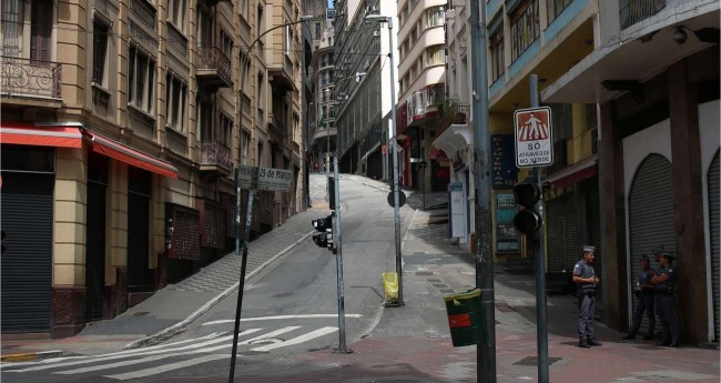 Rua 25 de março em SP, totalmente desabitada devido ao isolamento social