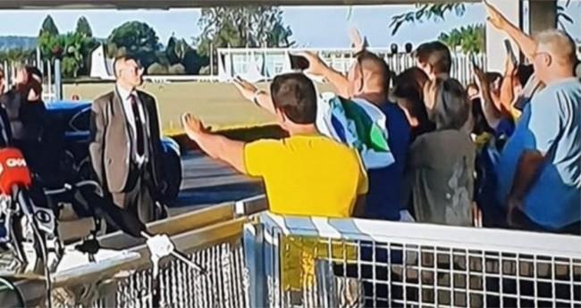 Populares orando em frente ao Palácio da Alvorada