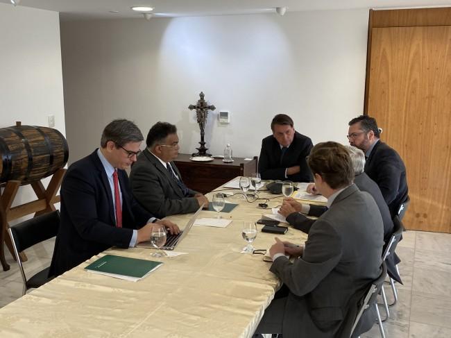 Jair Bolsonaro em conversa telefônica com Vladimir Putin