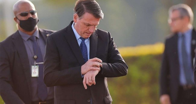 Pelo segundo dia consecutivo, Bolsonaro não parou para conversar com apoiadores