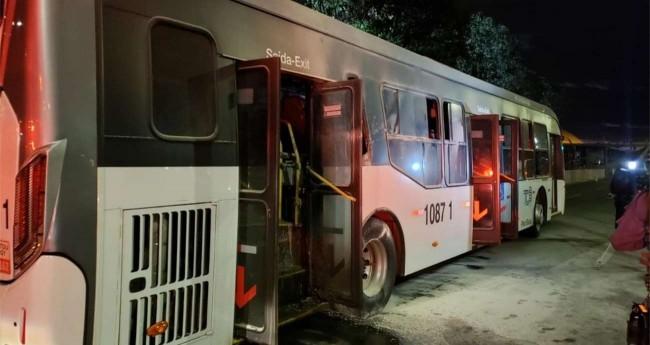 Ônibus queimado em frente ao Palácio do Planalto