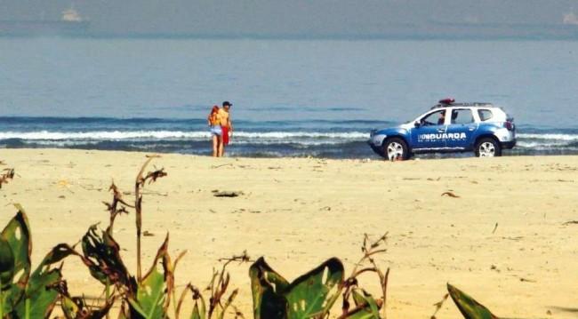 Casal abordado por andar na faixa de areia em Santos (SP)