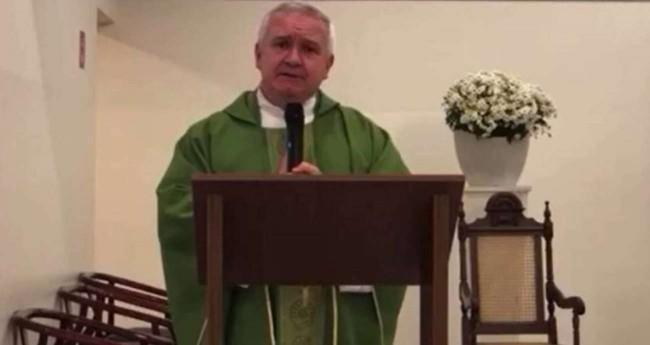 Padre que atacou Bolsonaro em missa