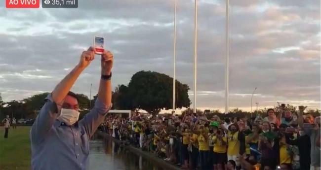 Jair Bolsonaro mostrando o medicamento a população