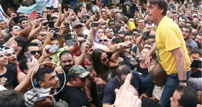 Foto de momentos antes do atentado. No detalhe, o autor: Adélio Bispo