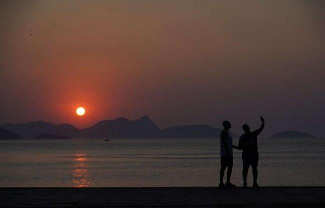Homens fazem selfie no nascer do sol — Foto: Marcos Serra Lima/G1
