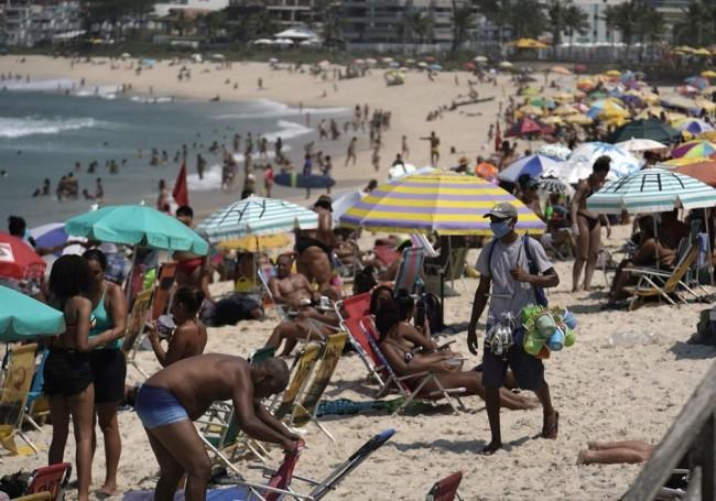 Praia da Macumba, na Zona Oeste do Rio, estava cheia na manhã desta sexta (2) — Foto: Marcos Serra Lima/ G1