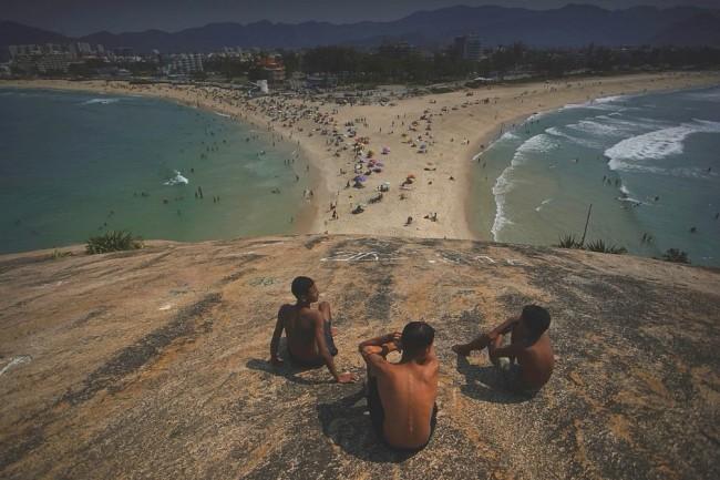Jovens em praia na Zona Oeste do Rio de Janeiro nesta sexta (2) — Foto: Marcos Serra Lima/ G1