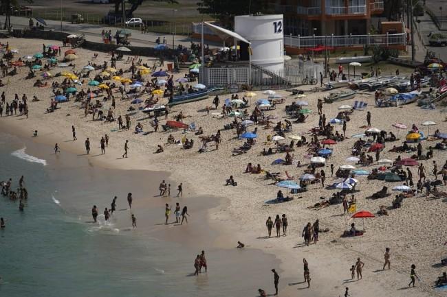 Praia lotada no Rio de Janeiro no fim da manhã desta sexta-feira (2) — Foto: Marcos Serra Lima/ G1