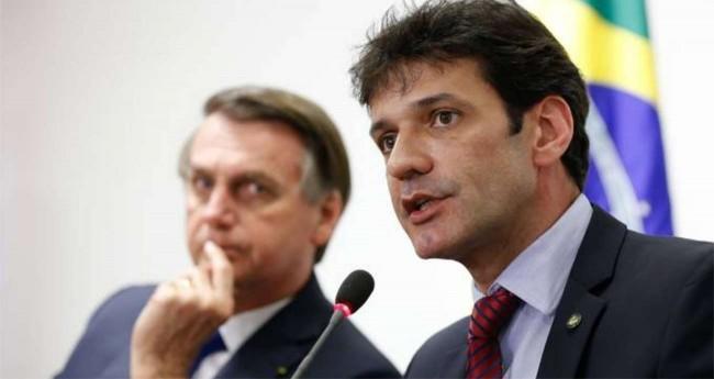 Jair Bolsonaro (ao fundo) e Marcelo Álvaro Antônio