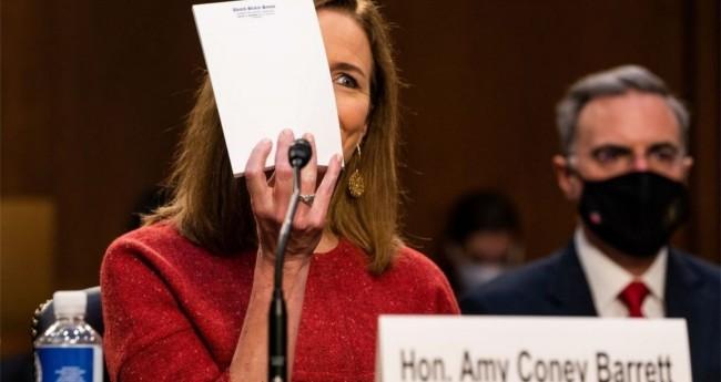 Amy Coney Barrett mostrando o bloquinho em branco